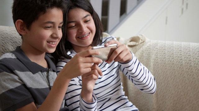 kids-on-mobile-phone